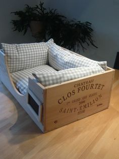 Cuddly cat bed from used wine box. Diy Cat Bed, Bed Rug, Pallet Beds, Wooden Case, Animal Projects, En Stock, Pet Life, Cat Furniture, Dog Houses