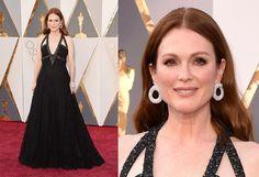 """In questa edizione degli Oscar c'è stato il trionfo delle scollature """"spigolose"""" e anche Julianne Moore, in nero con un modello Chanel Couture, non fa eccezione. Noi sinceramente la preferiamo con colori più chiari, anche per mettere i risalto il bel rosso dei suoi capelli che così si perde un poco..."""