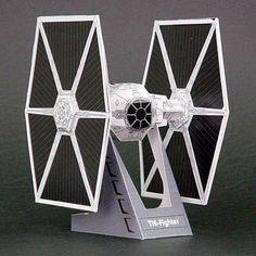 Buscando por Internet me he encontrado con algunos interesantes moldes para figuras de papel, esta semana he recopilado algunos muy buenos para todos los fans de Star Wars, se trata de 15 moldes de papel...