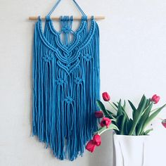 Good Pic Macrame Wall Hanging blue Tips I'd like to share with you a simple (beginner-friendly) elegant macrame wall hanging which is styl Macrame Colar, Macrame Wall Hanger, Micro Macramé, Macrame Design, Macrame Tutorial, Macrame Projects, Macrame Patterns, Decoration, Wall Decor