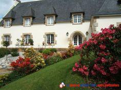 A vendre belle demeure de charme, au calme dans le Finistère Sud au cour d'un village avec tous commerces, écoles et bus situé à 10 minutes d'une grande ville.400 m² habitable sur un sous-sol complet de 200 m². http://www.partenaire-europeen.fr/Annonces-Immobilieres/France/Bretagne/Finistere/Vente-Maison-Villa-F17-QUIMPER-818705 #maison