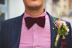 Wedding looks for the groom with pink shirt and burgundy bow tie