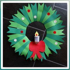 DIY kerstkrans, leuke knutsel voor met de kids. Altijd weer leuk om zo rond de Sint en Kerst weer het internet af te gaan voor leuke ideetjes om met de klas te doen. Favoriet is bij Pinterest, maar ik denk dat dat bij veel leerkrachten het geval is. In deze tijd maak ik ook altijd wat meer tijd vrij om met de kinderen lekker te knutselen om de klas gezellig aan te kleden. #DIY #kerst #kerstknutsel #kerstkrans #knutselen
