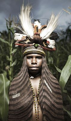 Dani tribe, Baliem Valley, Papua - Indonesia photo by Diego Verges Cultures Du Monde, World Cultures, We Are The World, People Around The World, Expos Paris, Arte Plumaria, Arte Tribal, Tribal Art, Foto Portrait