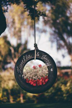 Forma linda de adornar una llanta para una boda campestre Foto: Lotus Studio http://www.velodevainilla.com/2015/07/14/fiorella-jorge-la-boda-campestre-que-van-amar/