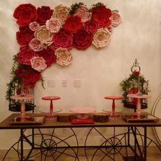 Painel de Flores de Papel Gigantes vermelho e em tons de rosa Bridal Shower, Baby Shower, Tropical Party, House Party, Paper Flowers, Floral Wreath, Wall Decor, Wreaths, Rose
