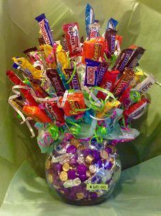 New birthday flowers arrangements gift ideas candy bouquet Ideas Valentines Gifts For Boyfriend, Boyfriend Gifts, Valentine Gifts, Candy Bar Bouquet, Gift Bouquet, Candy Arrangements, Candy Centerpieces, Candy Gift Baskets, Raffle Baskets