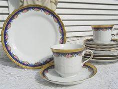 *1 feines, romantisches Sammelgedeck mit Rosenbordüre*  Strahlend reinweißes Porzellan mit leichtem Streifenrelief und Bogenrand. In sich gemusterter, breiter Goldrand. Verspielte Borte aus rosa...