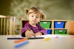 Il est de prime importance de laisser nos bambins s'exprimer comme ils le souhaitent au travers de leurs dessins, car le graphisme sous toutes ses formes n'est autre que le début d'un apprentissage ô combien important : celui de l'écriture.Avant que nos enfants soient capables de réaliser un dessin structuré pour notre regard adulte, certains ...