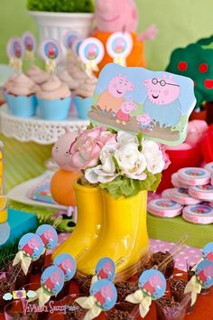 peppa pig The and friends are an exciting theme for arranging a fun-filled kids party. Themed decor and vibrant colors are excellent for creating a playful and festive atmosphere 2 Birthday, Pig Birthday Cakes, 3rd Birthday Parties, Birthday Party Decorations, Party Themes, Invitacion Peppa Pig, Cumple Peppa Pig, Peppa E George, George Pig