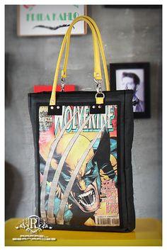 Bolsa Wolverine  Bolsa em lona resinada impermeável, aplicação de estampa em canvas, alças em couro legítimo amarelo, mosquetões em níquel, fechamento com zíper, divisória e 2 bolsos internos...  DIMENSÕES: 39x28x8cm  Quer ver esse e outros modelos? Curta a página: www.facebook.com/rafaelbernardesbolsas