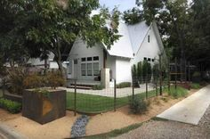 Fence around the front yard is open - hogwire. I could plant feather grass in front to create privacy. Modern fence shown with historic house. Modern Cottage, Modern Farmhouse, Farmhouse Style, Farmhouse Remodel, Farmhouse Interior, Farmhouse Architecture, Architecture Design, Residential Architecture, Houses In Austin