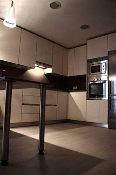 #diseno de #cocinas Diseño de cocinas en Las Rozas cocina moderna Rey gola hueso con encimera Silestone y unsui capuchino