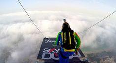 """Espectacular vídeo de Salto Base (""""Base Jumping"""" en inglés) en Dubai, lanzándose desde uno de los edificios más grandes del mundo. Fue un evento de varios días en el mes de abril de 2015 dónde se realizaron más de 500 saltos, cada cuál más innovador. Si estás pensando en dar el paso al Salto Base, este vídeo te dejará con más ganas que nunca!! No puedes perdértelo!! Es hora de volar!!"""