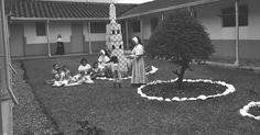 Hospital San Vicente De Paúl Caldas Antioquia año 1961.  Se observa el patio interior y los niños que son atendidos por las religiosas. - Publicada por Luis Maria Usma