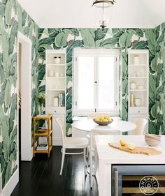 From a curved ceiling to a living room rug, check out an LA interior designer's home design ideas that make patterns way less intimidating. Palm Wallpaper, Kitchen Wallpaper, Tropical Wallpaper, Wallpaper Ideas, Stunning Wallpapers, Wet Rooms, Rugs In Living Room, Cozy Living, Elle Decor