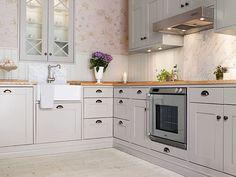 30 Exquisite Design Ideas For White Kitchens White Kitchen Interior, Interior Design Kitchen, White Kitchens, Kitchen Dining, Kitchen Decor, Kitchen Cabinets, Gray Cabinets, Kitchen Sinks, Romantic Kitchen