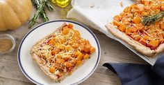 Een volkorenpizza met flespompoen, zoete aardappel, rozemarijn en een vleugje Ras el hanout. Dat is nog eens een verrassende pizza. Ras El Hanout, Italian Cooking, Veggie Recipes, Risotto, Macaroni And Cheese, Veggies, Pizza, Pumpkin, Ethnic Recipes