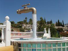 """Llamado """"Grifo mágico"""" en El Puerto de Santa María (Cádiz, Andalucía), El Cual parecer flotar en el aire pero en realidad, el chorro de agua que cae oculta una tubería que sostiene la estructura, suministrando ademas el agua que brota"""