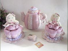 ::SUGESTÕES DE USO: Usado para decorar chá de bebê, chá de fraldas, festas, batizados, decoração quartinho do bebê, etc...  :::::MEDIDAS Bule: Altura: 20 cm Largura: 16 cm Comprimento: 22 cm  Xícara: Altura: 10 cm Largura: 14 cm Profundidade: 16 cm  Bebê:  Altura: 13 cm Largura: 10 cm Comprimento: 8 cm  DETALHES: kIT com 5 PEÇAS (1 Bule + 2 Xícaras + 2 Bebês) Tecidos 100% algodão Rendas Outros Enchimento com fibra siliconada  ::::::TEMPO PARA PRODUÇÃO: 20 dias úteis após confirmação do ...
