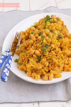 Arroz con curry. 300g arroz 200g garbanzos cocidos 1 cebolleta fresca 750g caldo de verduras 2 cucharaditas de curry 1/2 cucharadita de comino molido 2 cucharaditas pimentón rojo 2 cucharadas aceite de oliva virgen extra Sal