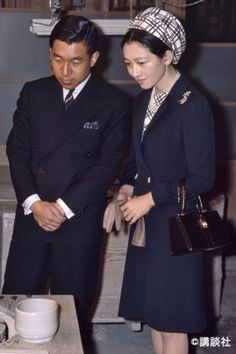 ネイビーには「柄」をプラスして華やかさを【美智子さまスタイルに学ぶ】 | 美智子さまカレンダー発売記念企画【ファッション特集】よみがえる美智子さまエレガンス | mi-mollet(ミモレ) | 明日の私は、もっと楽しい Imperial Fashion, Showa Period, Caroline Kennedy, Handsome Prince, Classic Style, My Style, The Empress, Crown Royal, Japanese Culture