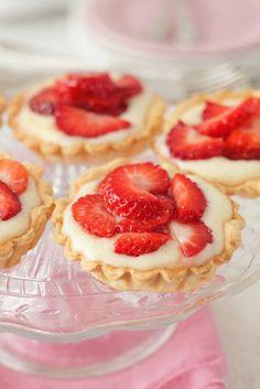 Vanille-Erdbeer-Törtchen   http://eatsmarter.de/rezepte/vanille-erdbeer-toertchen