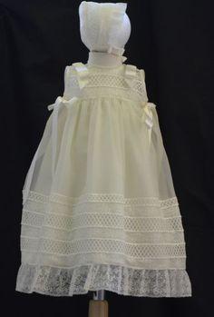 Conjunto de bautizo  · Faldón con capota  · Es unisex  · Es de organza beige con puntilla bordada en el mismo tono  · Gran calidad  · Talla única de 2 a 6 meses aprox.