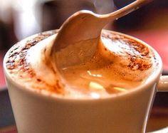 Tempinho frio pede um delicioso cappuccino no café da manhã ainda mais se for essa receita caseira deliciosa e nutritiva ! Anotem aí : Ingredientes: 1 lata de leite em pó desnatado 50g de café solúvel (tradicional ou extra forte) 2 colheres (sopa) de cacau 100% puro 2 colheres (chá) de bicarbonato 3 colheres (chá) de canela Bata todos os ingredientes no liquidificador no modo pulsar para que se misturem bem e conserve em recipiente escuro e fechado. Sugestão de consumo: 1-2 colheres de sopa…