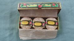 UNUSED ROGER GALLET BOXED SET OF 3 CARNATION SOAP BARS #ROGERGALLET Enchère courant:GBP 10.69 Approximately US $16.98 [ 8 offres ]