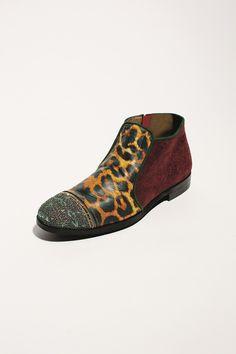 Porté par l'immense succès de la collection shoes exclusive « Glitter » et de son nouvel espace Souliers, Le Bon Marché Rive Gauche réitère l'exercice dans un deuxième opus tout aussi tentateur : Crazy Animal. #LeBonMarche #Tendance #CrazyAnimals #Mode #Femme #Fashion #women #Animal