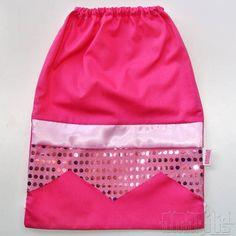 """EXCLUSIVIDADE AMARÍLIS! <br> <br>Mochila Infantil tipo """"Saquinho"""" da Princesa Aurora <br>Tema """"A Bela Adormecida"""" <br> <br>Tecido 100% Algodão! <br>Fechamento Prático! <br> <br>Vestido Rosa Pink <br>""""Saia"""" de Paetês Rosa Claro <br>Dobrão em Cetim Rosa Claro <br>Cadarço Branco <br> <br>Ideal para Lembranças de Aniversário! <br>Seus convidados vão adorar! <br> <br>DICA: com o brilho da saia de paetês, as mochilinhas ficam lindas também em festas à noite! <br> <br>PEDIDO MÍNIMO: 12 unidades…"""