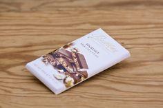 Hazelnut Bar von Butlers Chocolates. 100 Gramm Tafel zarte Vollmilchschokolade mit knusprigen Haselnussstückchen. Die Firma Butlers wurde 1932 in Dublin gegründet und ist ein Schokoladenhersteller, der für die Qualität seiner Produkte bekannt ist und dafür mit zahlreichen Auszeichnungen belohnt wurde.
