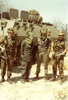 Soldiers of SA Army with captured rebels. Vietnam History, Vietnam War Photos, Military Archives, South African Air Force, Army Day, Defence Force, Military Pictures, Special Forces, Military History