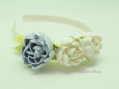 Ободок с японскими пионами в спокойной цветовой гамме, который подчеркнет изящность наряда и станет идеальным подарком для Ваших родных и близких! Ведь эти цветы останутся у них еще очень долго!            Материал изготовления : Глина Deko;        - Цветы выглядят как настоящие цветы ;   - Цвет останется ярким все время пользования;