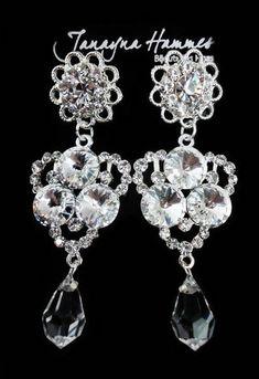 Belíssimo brinco prata cravejado com strass e pedras swarovski branco e gota de cristal transparente. Ótima opção para noivas e festas. Peça com 7.7 cm de comprimento.
