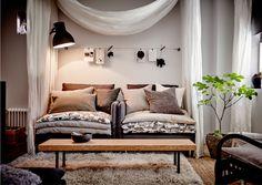 """Mit Textilien lässt sich dein Zuhause kostengünstig neu gestalten. Im Moment lieben wir gedämpfte neutrale Farben, u. a. zu sehen an SÖDERHAMN Sitzelementen mit Bezug """"Samsta"""" in Dunkelgrau, die die Stimmung der Jahreszeit vor der Haustür aufgreifen."""