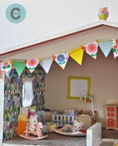Après la guirlande de fanions pour la chambre des filles , voici la guirlande de fanions pour la maison de poupées .         Vous vous rappe...