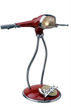 Lámpara reciclada hecha con piezas de una vieja Vespa                                                                                                                                                                                 Más