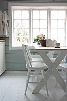 Log Home Interiors, Timber Table, Cabin Kitchens, White Cottage, Green Kitchen, Home Living Room, Home Interior Design, Foyer, Shabby