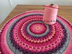 Tapete de crochet em tons de rosa bebê, marsala, cinza, rosa chá, grafite, pink, roxo e violeta...Formando uma linda mandala. #tapete #rug #crochetrug #tapetedecroche #crochet #tapeteartesanal #mandala #handmaderug #roundrug #crochetroundrug #tapetes