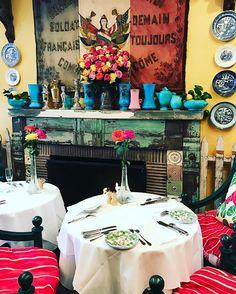 O @ivyrestaurants tem dois endereços em Los Angeles e é uma graça! Uma decoração de enlouquecer de tanta fofura. Sempre  com muitas cores e flores. A comida é bem gostosa e o cardápio variado um misto de cozinha americana clássica com italiana: saladas carnes massas etc. De quebra você pode até esbarrar com alguma celebridade de Hollywood que adoram o lugar. Já pensou?  This is LA!