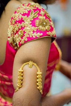 Vanki a traditional south Indian jewelry which is also called Armlet or Bajuband. It is worn at the arms, paired with the attire of saree. South Indian Bridal Jewellery, Indian Wedding Jewelry, Bridal Jewelry, Indian Jewelry, Vanki Designs Jewellery, Gold Jewellery Design, Gold Jewelry, Gold Bangles, Gold Ring