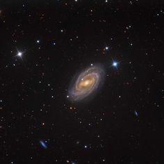 Los objetos Messier: M109 (Messier 109), es una galaxia espiral a 83 millones de años-luz, ubicada en la constelación de la Osa Mayor. Es la galaxia más brillante de las que se encuentran a su alrededor y tiene, al menos, tres galaxias orbitando a su alrededor. #astronomia #ciencia
