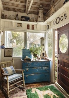 36 Outstanding Rustic Cottage Decor - The New Prairie Style Magazine Primitive House Styles Beach Cottage Style, Lake Cottage, Cottage Living, Cottage Homes, My Living Room, Cottage Chic, Rustic Cottage, Shabby Chic Homes, Shabby Chic Decor