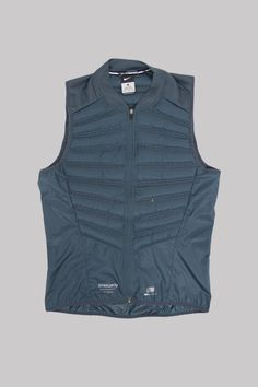 TheåÊNike x Undercover GyakusouåÊAeroloft 800 Men's Running VeståÊfeatures quilted down, laser-cut perforations and mesh panels for insulated, breathable comfort. This premium vest packs into a back z