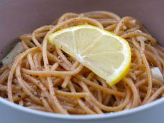 pâtes complètes (type spaghetti), huile d'olive, jus de citron, ail surgelé haché ou frais, sel, poivre noir