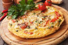 Omlet to świetny pomysł na śniadanie, zwłaszcza jeśli lubisz jajka, a jajecznica już ci się znudziła. Robi się go szybko i jest bardzo pożywny. Możesz przygotowywać go na różne sposoby, dodając swoje ulubione dodatki. Na słodko, na słono, dla każdego znajdzie się coś miłego. Zrób omlet swoich marzeń.