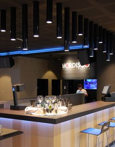Instalacion diseñada y ejecutada por Sombras Iluminación para resaltar la barra central