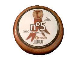 Queso de Cabra semicurado Pimentón Nº 5. 0,8 Kg., de leche pasteurizada, grasa y aromática. Uno de los más deliciosos quesos de Cáceres._Puede hacer el pedido mitad al pimentón y mitad blanco_ (Comuníquelo al completar su pedido).  Caja de 6 unidades.